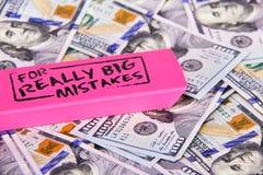Κλείστε τα επάνω διεσπαρμένα αμερικανικά δολάρια με το μήνυμα στη ρόδινη γόμα για το πραγματικά μεγάλο λάθος Καθορισμός οικονομικ στοκ φωτογραφία με δικαίωμα ελεύθερης χρήσης