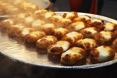 Κλείστε τα επάνω τηγανισμένα αυγά με τον άσπρο γύψο που ψήνεται στο φύλλο floyd με τον καπνό που επιπλέει από τη θερμότητα της σό στοκ φωτογραφίες