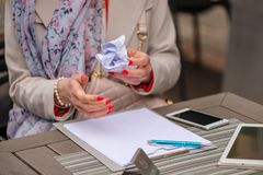 κλείστε τα θηλυκά χέρια &epsilo Τα χέρια γυναικών ` s κατέστρεψαν ένα incorre Στοκ φωτογραφία με δικαίωμα ελεύθερης χρήσης
