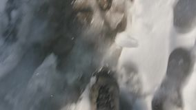 Κλείστε την αυξημένη τοπ άποψη περπατώντας στο χιονισμένο ίχνος φιλμ μικρού μήκους