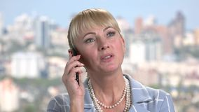 Κλείστε την ομιλία γυναικών επάνω χαμόγελου στο τηλέφωνο απόθεμα βίντεο