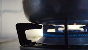 Κλείστε την πυρκαγιά σομπών στην κουζίνα φιλμ μικρού μήκους
