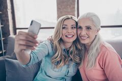 Κλείστε τη φωτογραφία δύο όμορφη αυτή το γέλιο γέλιου μαμών συγγενών εγγονών γυναικείων γιαγιάδων της mom αποτελεί να πάρει selfi στοκ εικόνες