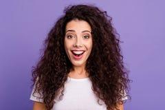 Κλείστε τη φωτογραφία όμορφη που καταπλήσσει την αυτή κυρία ανατρέχει αναρωτημένος δεν περίμενε τέτοια ένδυση hairdo μπουκλών πλο στοκ φωτογραφίες