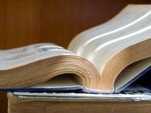 Κλείστε το επάνω ανοιγμένο βιβλίο επιστήμης στοκ φωτογραφίες