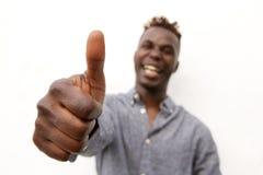 Κλείστε το επάνω γελώντας άτομο afro με τους αντίχειρες επάνω Στοκ Εικόνες
