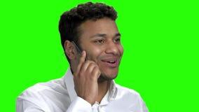 Κλείστε το επάνω συγκινημένο άτομο που μιλά στο διαφανές τηλέφωνο φιλμ μικρού μήκους