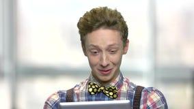 Κλείστε το επάνω συγκινημένο αγόρι εφήβων με την ψηφιακή ταμπλέτα απόθεμα βίντεο