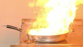 Κλείστε το επάνω τηγανίζοντας τηγάνι με το πετρέλαιο αναφλέγεται στο τηγάνισμα του πιάτου απόθεμα βίντεο