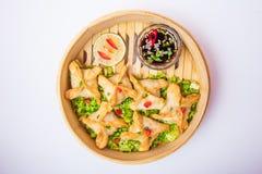 Κλείστε το επάνω τηγανισμένο αμυδρό ποσό και τη σάλτσα στο ατμόπλοιο μπαμπού στο άσπρο υπόβαθρο που απομονώνεται κινεζική κουζίνα Στοκ Φωτογραφίες