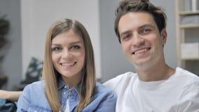 Κλείστε το επάνω χαμογελώντας νέο ζεύγος που εξετάζει τη κάμερα απόθεμα βίντεο
