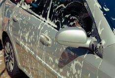 Κλείστε το καθαρίζοντας αυτοκίνητο με το νερό και τον αφρό στοκ φωτογραφίες με δικαίωμα ελεύθερης χρήσης