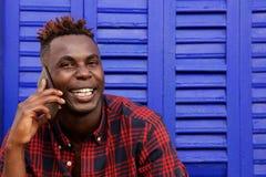Κλείστε το νέο afro Αμερικανός επάνω χαμόγελου μπορεί να επανδρώσει τη χρησιμοποίηση του κινητού τηλεφώνου Στοκ Εικόνες