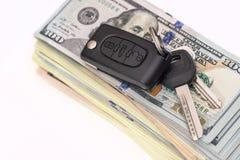 κλειδί αυτοκινήτων με το αμερικανικό δολάριο Στοκ Φωτογραφίες
