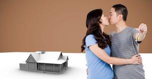 Κλειδί εκμετάλλευσης ζεύγους με το πρότυπο σπιτιών μπροστά από το σύντομο χρονογράφημα Στοκ φωτογραφία με δικαίωμα ελεύθερης χρήσης