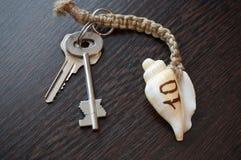 Κλειδί με το κοχύλι στοκ φωτογραφία με δικαίωμα ελεύθερης χρήσης