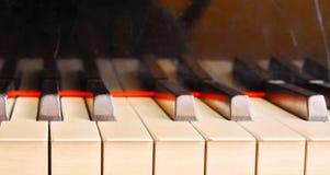 Κλειδί πιάνων με το λεπτό bokeh σε ένα υπόβαθρο Στοκ Φωτογραφίες