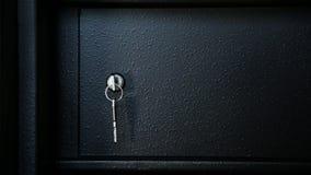 Κλειδί σε μια ασφαλή πόρτα φιλμ μικρού μήκους