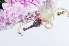 Κλειδί σκελετών με τα peony λουλούδια Στοκ εικόνες με δικαίωμα ελεύθερης χρήσης