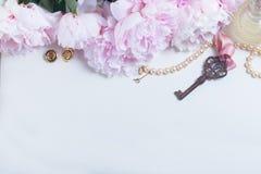 Κλειδί σκελετών με τα peony λουλούδια Στοκ φωτογραφίες με δικαίωμα ελεύθερης χρήσης