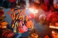 Κλειδαριά αγάπης με μορφή μιας καρδιάς Καρδιά σιδήρου με τη σκουριά Στοκ Εικόνες