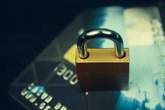 Κλειδαριά ασφάλειας στις πιστωτικές κάρτες με το πληκτρολόγιο υπολογιστών στοκ εικόνα με δικαίωμα ελεύθερης χρήσης