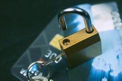 Κλειδαριά ασφάλειας στις πιστωτικές κάρτες με το πληκτρολόγιο υπολογιστών στοκ εικόνα