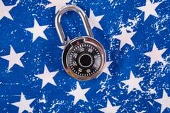 Κλειδαριά και αμερικανική σημαία κώδικα στοκ φωτογραφία