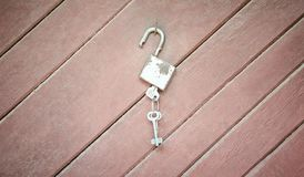 Κλειδαριά με τα κλειδιά στην ξύλινη έννοια υποβάθρου Στοκ φωτογραφία με δικαίωμα ελεύθερης χρήσης