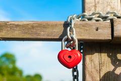 Κλειδαριά μορφής καρδιών αγάπης με την αλυσίδα στην ξύλινη γέφυρα Στοκ φωτογραφία με δικαίωμα ελεύθερης χρήσης