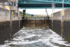 Κλειδαριά νερού που γεμίζει το νερό στον ποταμό, η άποψη από το εσωτερικό στοκ εικόνα με δικαίωμα ελεύθερης χρήσης