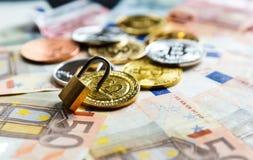 Κλειδαριά στα bitcoins στο πραγματικό υπόβαθρο χρημάτων Ασφάλεια Διαδικτύου, κίνδυνος, επένδυση, επιχείρηση στοκ εικόνες