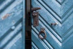 Κλειδαριά στη μικρή ανοικτή χρωματισμένη τρύγος πόρτα στοκ φωτογραφία
