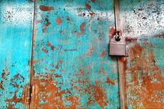 Κλειδαριά στη σκουριασμένη παλαιά πύλη ύφους Στοκ φωτογραφία με δικαίωμα ελεύθερης χρήσης