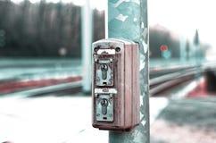 Κλειδαριά του συστήματος σημάτων δίπλα στις διαδρομές τραίνων στοκ φωτογραφίες