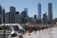 Κλειδαριές αγάπης στην πόλη της Νέας Υόρκης γεφυρών του Μπρούκλιν στοκ εικόνες