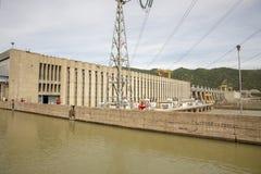 Κλειδαριές κατά μήκος των υδροηλεκτρικών εγκαταστάσεων πυλών σιδήρου στοκ εικόνες