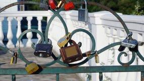 Κλειδαριές σε έναν φράκτη μετάλλων στοκ φωτογραφίες