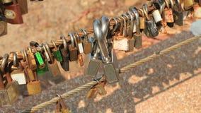 Κλειδαριές στο καλώδιο στοκ φωτογραφία με δικαίωμα ελεύθερης χρήσης