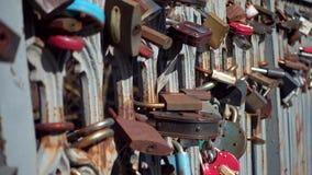 Κλειδαριές στο φράκτη της γέφυρας απόθεμα βίντεο
