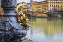 Κλειδαριές της αγάπης και της ευτυχίας στον ποταμό Arno, Φλωρεντία στοκ εικόνες