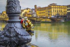 Κλειδαριές της αγάπης και της ευτυχίας στον ποταμό Arno, Φλωρεντία στοκ φωτογραφία με δικαίωμα ελεύθερης χρήσης