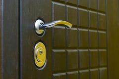 Κλειδαρότρυπα και λαβή στη μπροστινή πόρτα E Έννοια: προστασία από την παρείσφρυση στοκ εικόνες