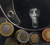 Κλειδαρότρυπα με το δολάριο και τα διαφορετικά χρήματα Στοκ Φωτογραφία