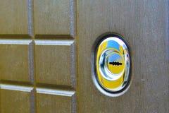 Κλειδαρότρυπα στη μπροστινή πόρτα E Έννοια: προστασία παρείσφρυσης στοκ φωτογραφία