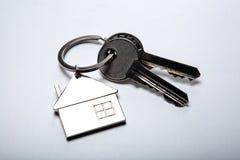 Κλειδιά από το διαμέρισμα με ένα keychain υπό μορφή σπιτιού Στοκ Φωτογραφίες