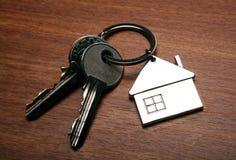 Κλειδιά από το διαμέρισμα με ένα keychain υπό μορφή σπιτιού Στοκ εικόνα με δικαίωμα ελεύθερης χρήσης