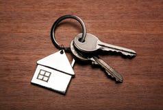 Κλειδιά από το διαμέρισμα με ένα keychain υπό μορφή σπιτιού Στοκ φωτογραφία με δικαίωμα ελεύθερης χρήσης