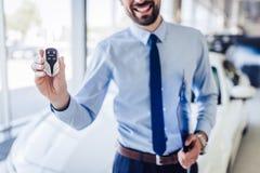 Κλειδιά αυτοκινήτων εκμετάλλευσης πωλητών στοκ φωτογραφία με δικαίωμα ελεύθερης χρήσης