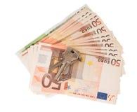 Κλειδιά για το διαμέρισμα και τα ευρο- τραπεζογραμμάτια, που απομονώνονται στο λευκό Στοκ εικόνα με δικαίωμα ελεύθερης χρήσης